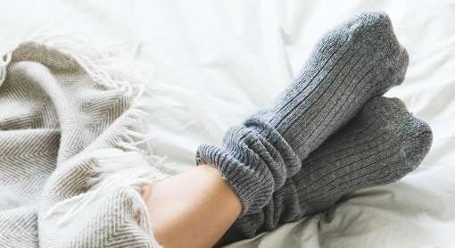 پوشیدن جوراب هنگام خواب و فواید آن