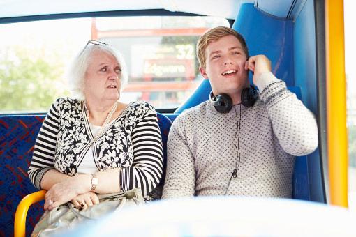 صحبت با تلفن همراه در وسایل نقلیه عمومی