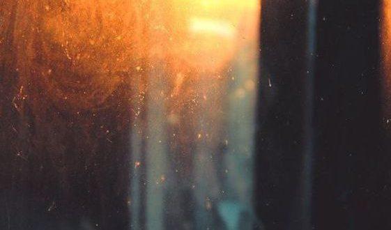 نور در یک لحظه تاریکی را بیرون می اندازد