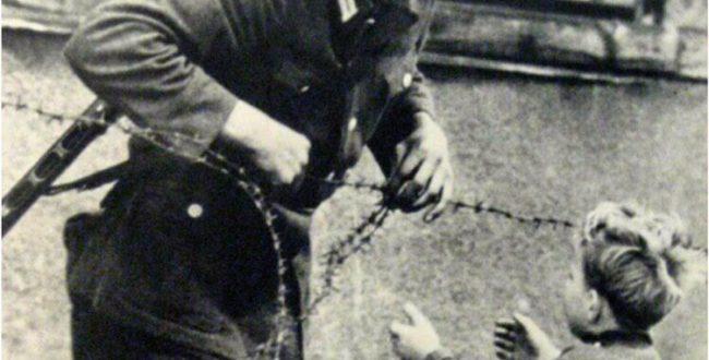 عکس معروف از سربازی که نماد انسانیت است